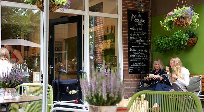 Een mooie lange bank met heerlijke kussens bij Frouke